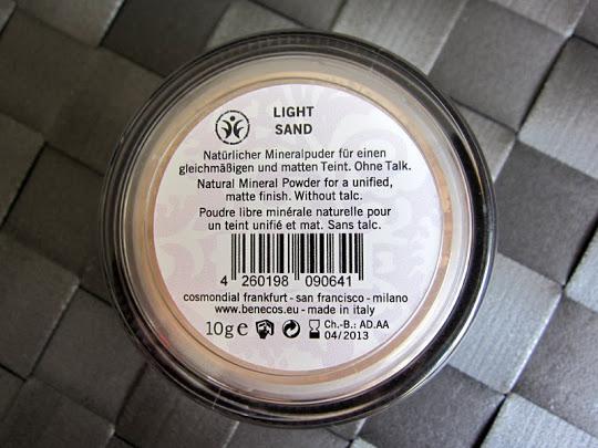 Meine Review zum Benecos Natural Mineral Powder in der Farbe Light Sand seht ihr hier in meinem Erfahrunsgbericht