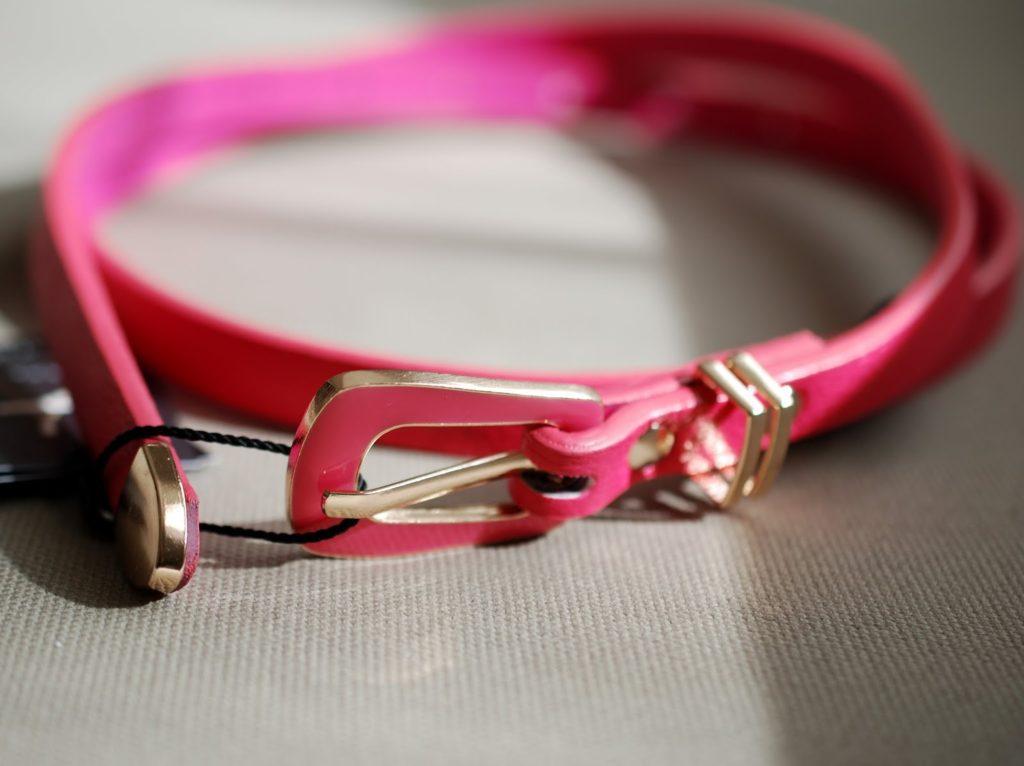 Schmaler Primark Gürtel in Pink und Gold für den Frühling