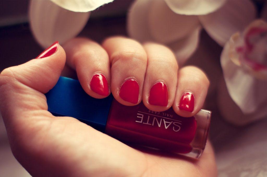 Tragebild vom Sante Naturkosmetik Nagellack Poppy Red, ein roter veganer Nagellack mit guter Haltbarkeit und deckend.
