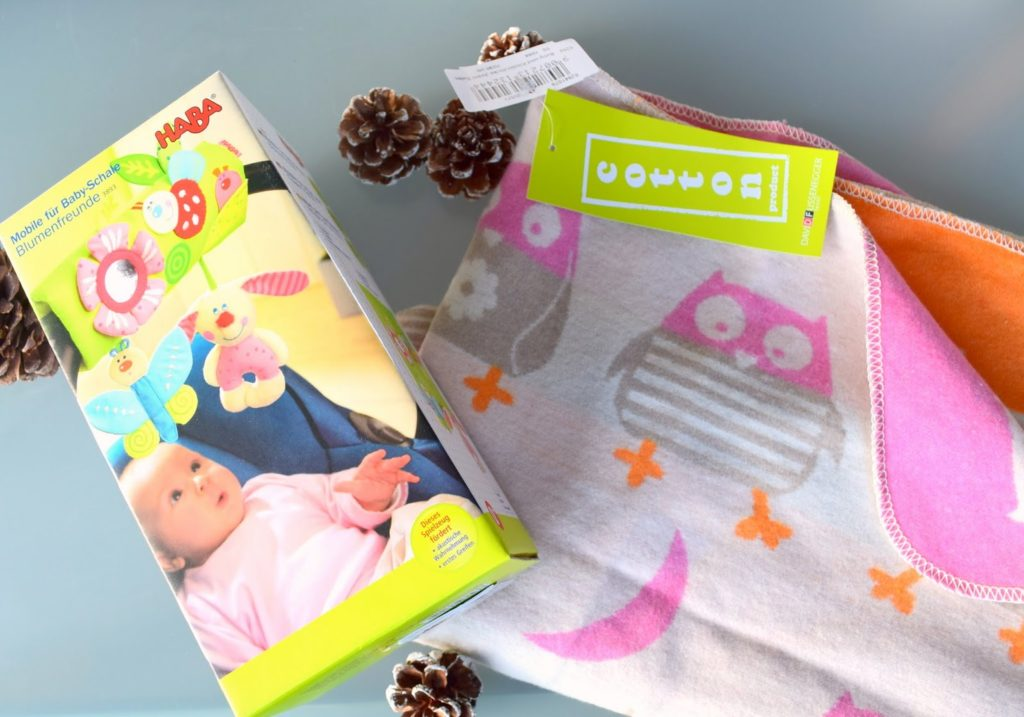 Babygeschenke: Mobile Babyschale und Babydecke