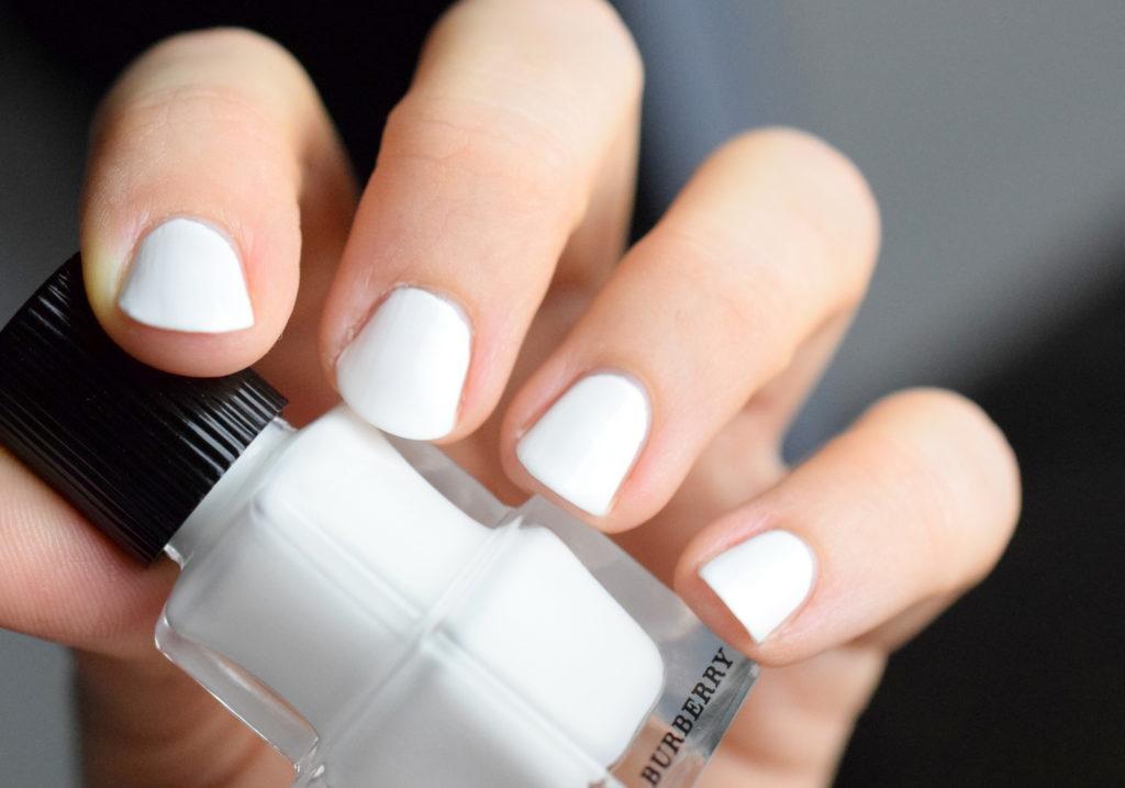 Burberry Optic White Nagellack aus der Burberry Velvet & Lace Kollektion. Ein strahlend weißer Nagellack für den Frühling und Sommer 2016.