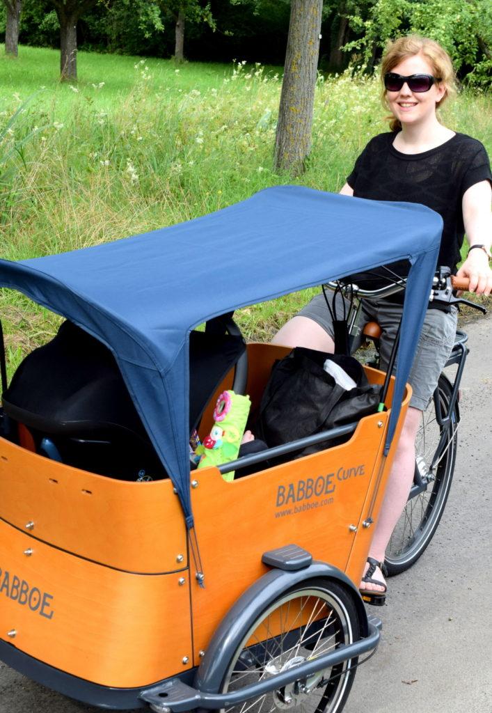 Lastenfahrrad Babboe Curve-E für die Fahrrad Fahrt mit Baby, Kind und Kleinkind. Elektro Bike Lastenrad hat Vorteile für Kindertransprort vorne. Erfahrungsbericht auf meinem Mamablog aus Karlsruhe über das Leben mit Kind.