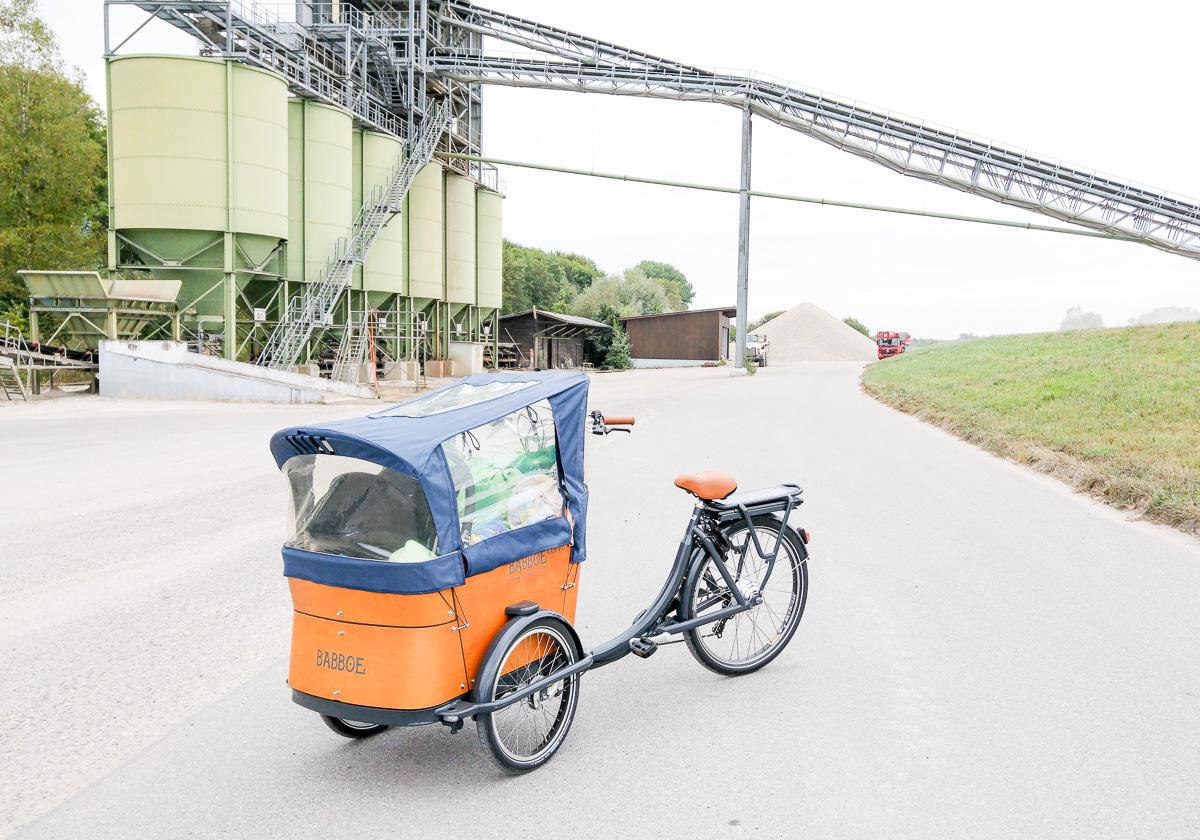 Babboe Curve-E Lastenrad mit Baby vorne für Radtour mehrere Tage von Karslruhe nach Straßburg am Rhein Kieswerk vorbei
