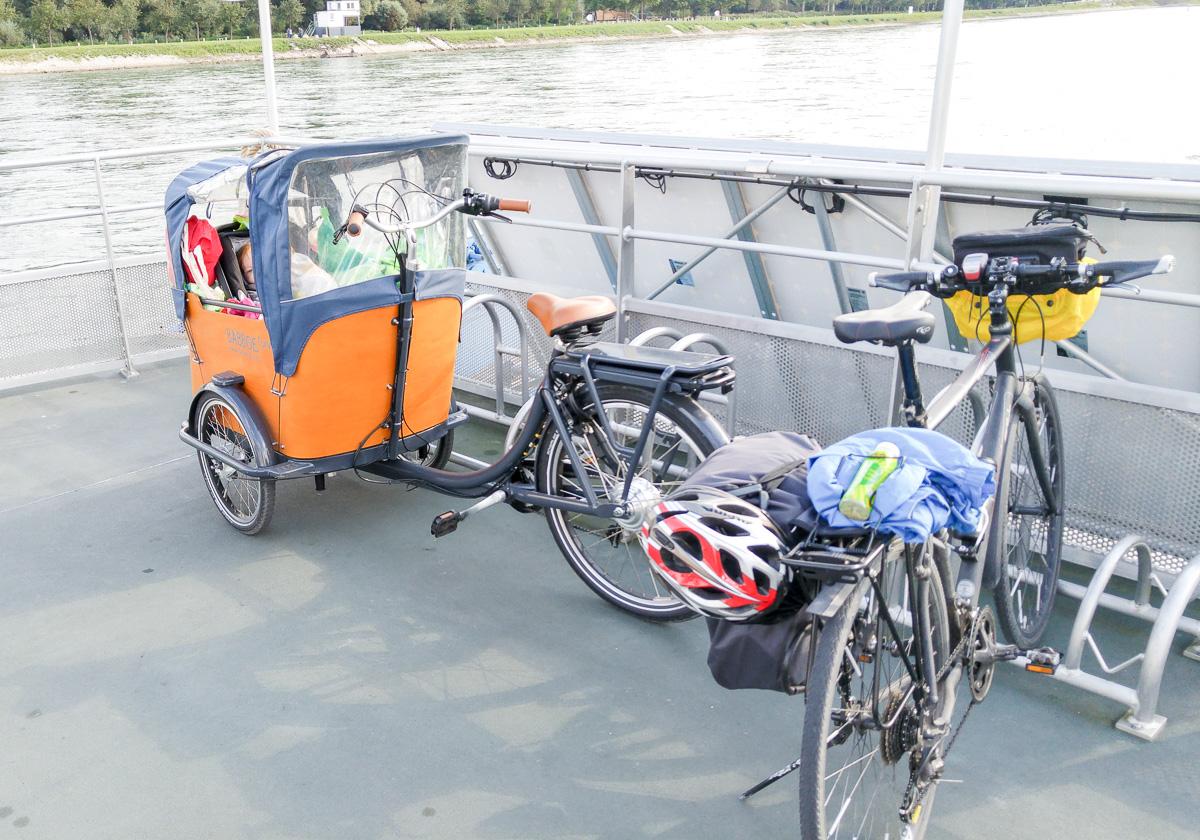 Den Rhein überqueren mit Fähre und Babboe Curve-E Lastenfahrrad