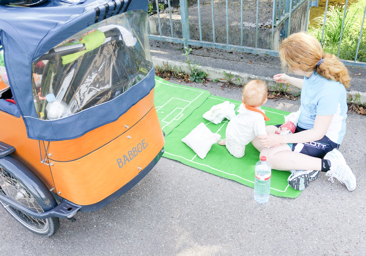 Pause machen bei der Fahrradtour mit Baby und dem Babboe Curve-E Lastenfahrrad