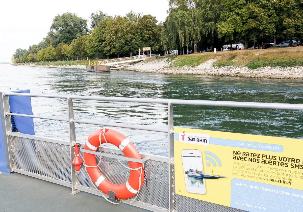 Mit Fähre über den Rhein während der Radtour mit Baby von Karlsruhe nach Straßburg und dem Babboe Curve-E Lastenfahrrad