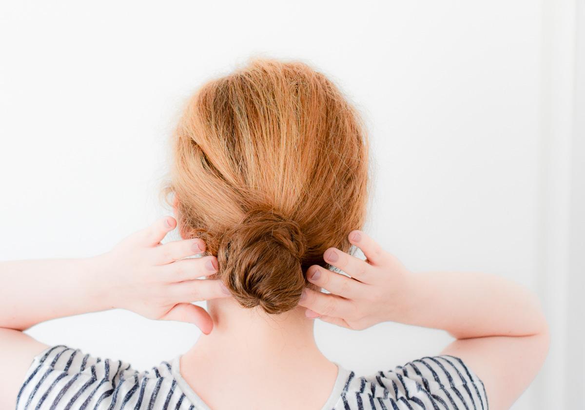 Schnelle Frisuren einfach Dutt hochstecken um ungewaschene Haare zu verstecken als Beauty Tipp für Mamas und Mütter mit stressigem Alltag und kleinem Baby