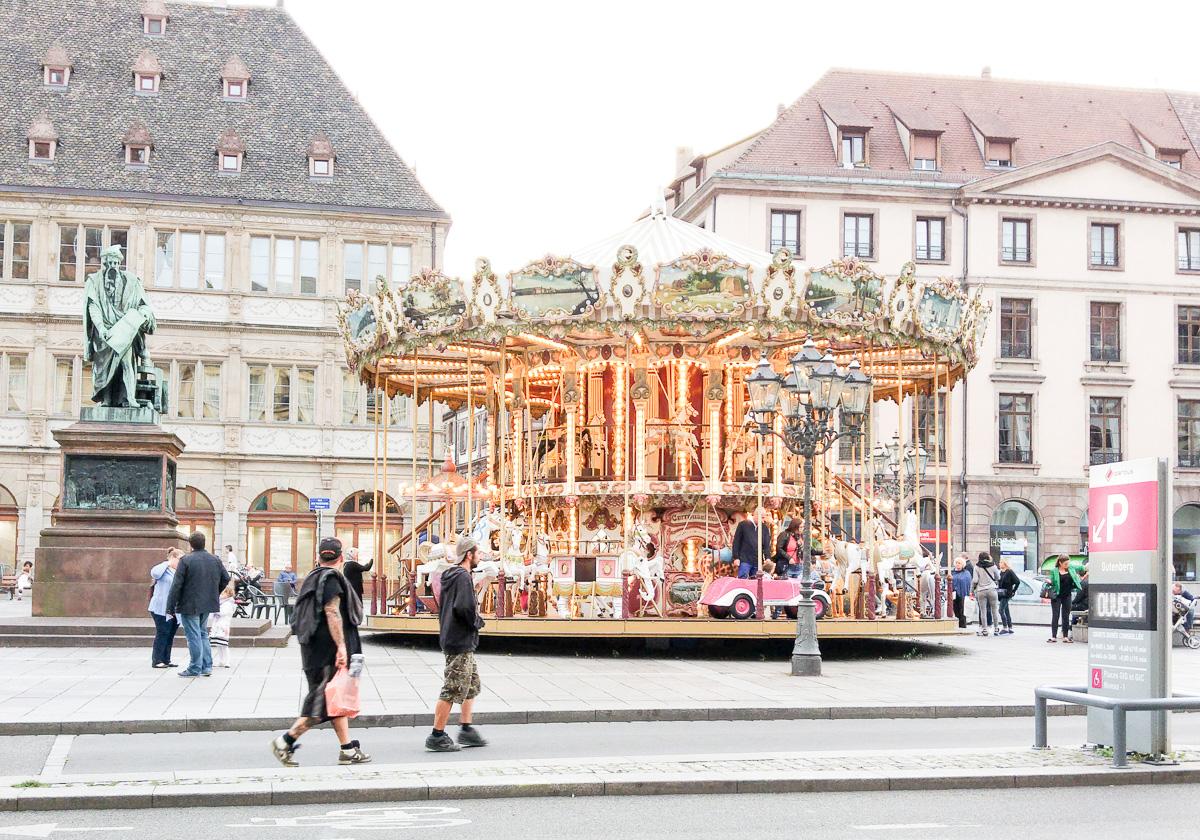 Karussell in Straßburg Städtetrip mit Baby und Kind und Fahrradtour am Rhein nach Straßburg