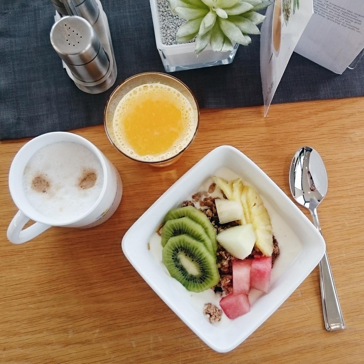 Frühstück mit Baby und Kindern im Hotel mit Müsli und Orangensaft
