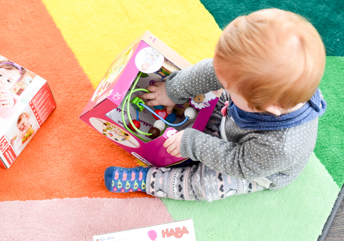 Motorikschleife von Eichhorn Schaf aus dem Tausendkind Onlineshop als sinnvolles Spielzeug für 1-jährige für Förderung Feinmotorik und Auge-Hand-Koordination des Kindes Baby Mädchen 1 Jahr