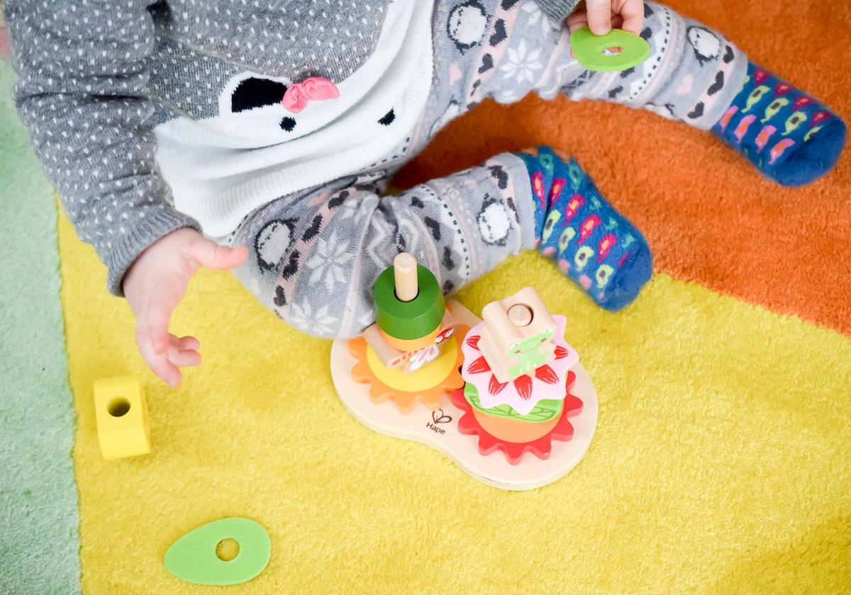 Stapelspiel aus Holz von Hape aus dem Tausendkind Onlineshop für Förderung Feinmotorik Kleinkind sinnvolles Spielzeug ab 1 Jahr I need sunshine Mamablogger aus Karlsruhe