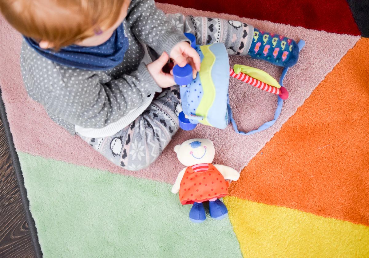 Spielset Bär Ahoi von Haba aus dem Tausendkind Onlineshop für Babys 10 Monate oder als Geschenk zum ersten Geburtstag für einjährige Entdecker auf Mamablog I need sunshine aus Karlsruhe Baby spielt mit Haba Nachziehwagen