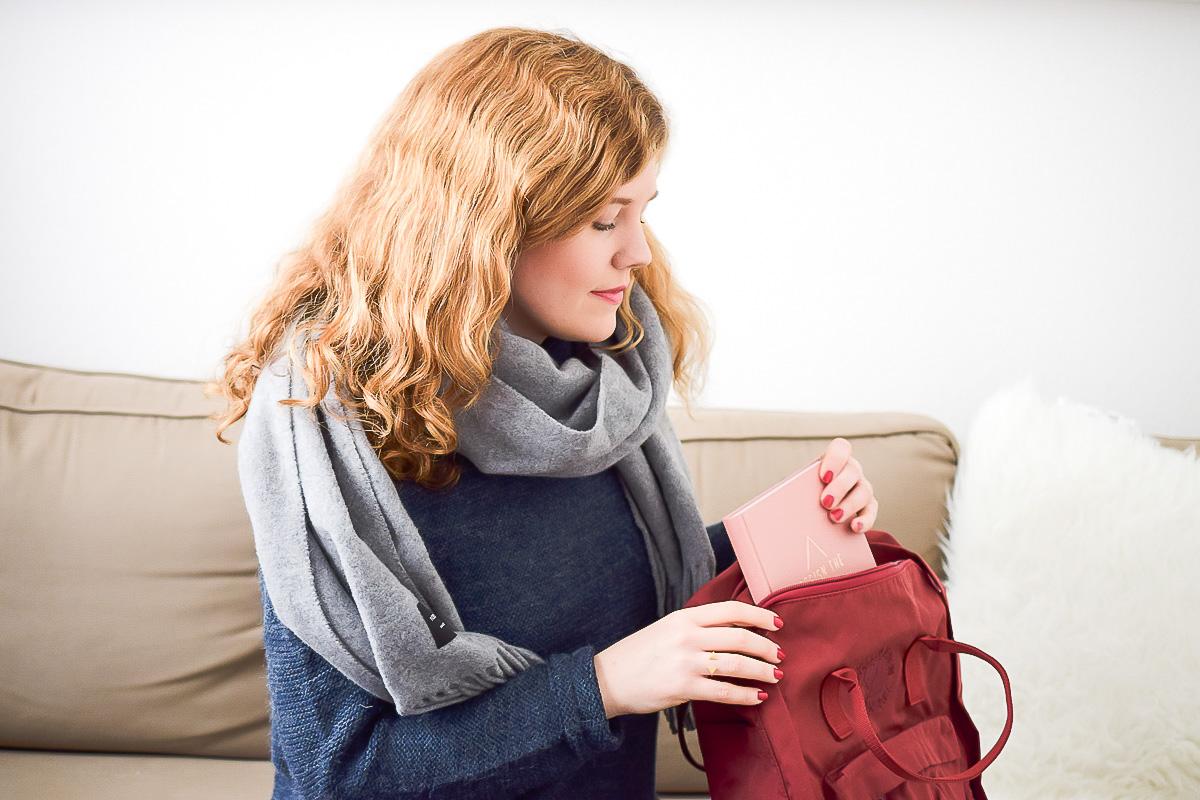 Fjällräven Re-Kanken Rucksack in Rot Kanken Rucksack Review im Fashion Blog Post von I need sunshine wo sie ein gemütliches Winter Outfit für kuschelige Stunden zuhause vorstellt