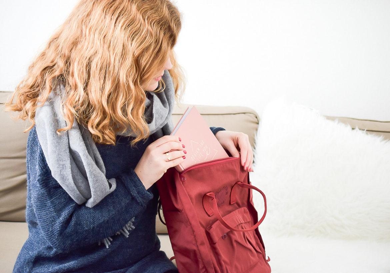 Mode im Winter-Outfit mit grauem Hallhuber Woll-Schal und Fjällräven Re-Kanken Rucksack in Rot bequem und sportlich auf I need sunshine Blog