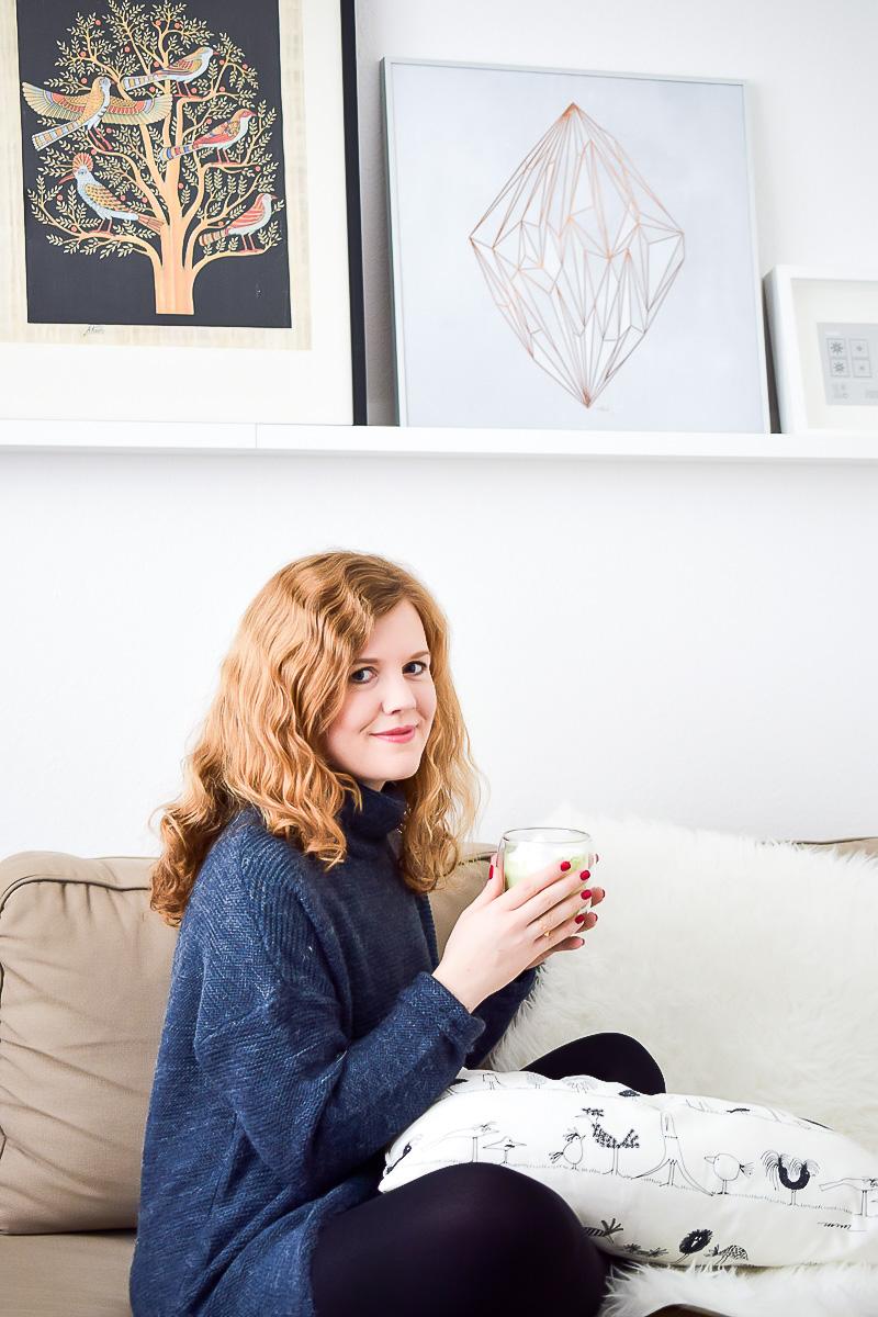 Gemütliches Winter Outfit mit Oversize Pullover von Vero Moda in blau, Thermoleggins Tee trinken im Winter gegen Kälte und Schnee