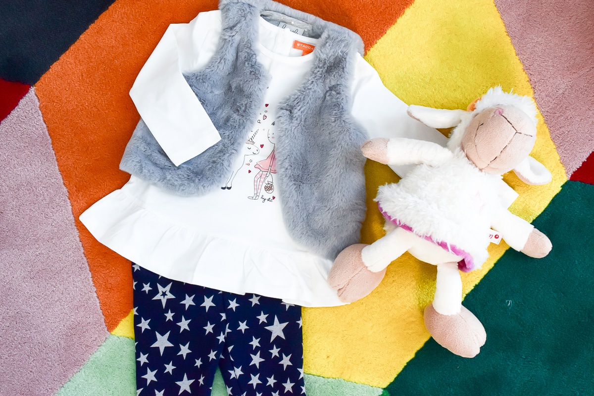 Outfit für Mädchen vom STACCATO Onlineshop mit grauer Fellweste und Thermoleggins mit Sternen