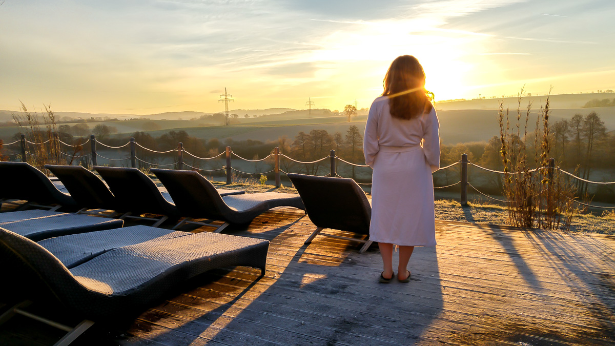 Thermen und Badewelt Sinsheim Sonnenaufgang auf der Terrasse nach Sauna Gang an die frische Luft im Winter mit Bademantel