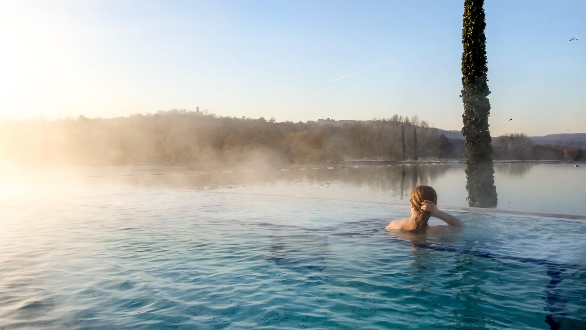 Schwimmbad im Freien bei der Thermen & Badewelt Sinsheim Sonnenaufgang im Schwimmbad nackt schwimmen im Freien in der Therme nach der Sauna