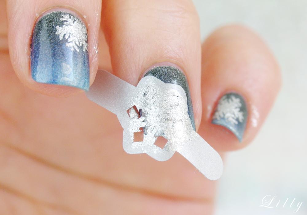 Schneeflocken Nägel Nageldesign Winter für schöne Winternägel mit Anleitung Schritt für Schritt Gradient Nailart und Nageldesign Schneeflocken auf Nägel malen mit Vinyl Sticker