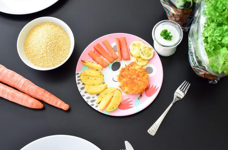 Kinderrezepte Vegetarisch Kochen für Kleinkinder Hirse-Bratlinge mit Ofengemüse Fingerfood mit Edeka Unsere Heimat Echt und Gut von Edeka Südwest regionale Biolebensmittel von Bioland und Demeter