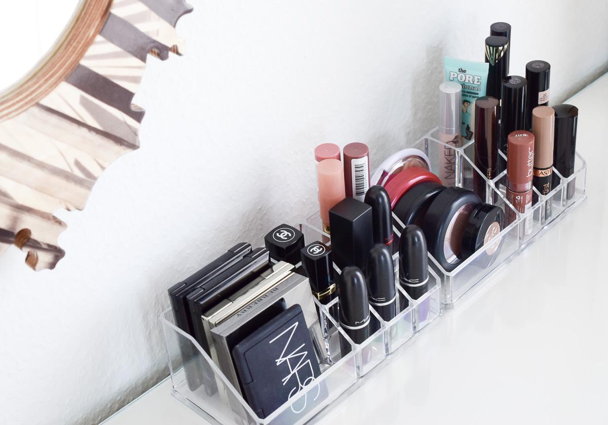 Ikea Schminktisch Ideen Aufbewahrung Ordnung Dekoration Schminktisch einrichten und organisieren und Schmink Spiegel von Hello Sunday