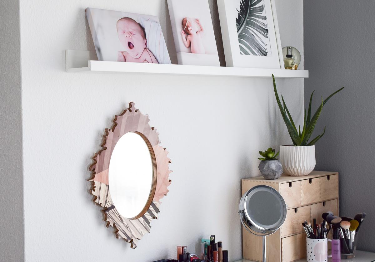 Spiegel von Hello Sunday Schminktisch dekorieren und Schminkecke aufwerten mit Deko und Bildern und Ordnung durch Aufbewahrung selber machen