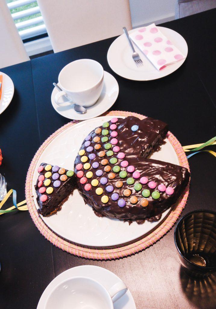 Kindergeburtstag Kuchen schnell einfach Motivkuchen lustig Smarties Fisch Geburtstag Kinder Rezept
