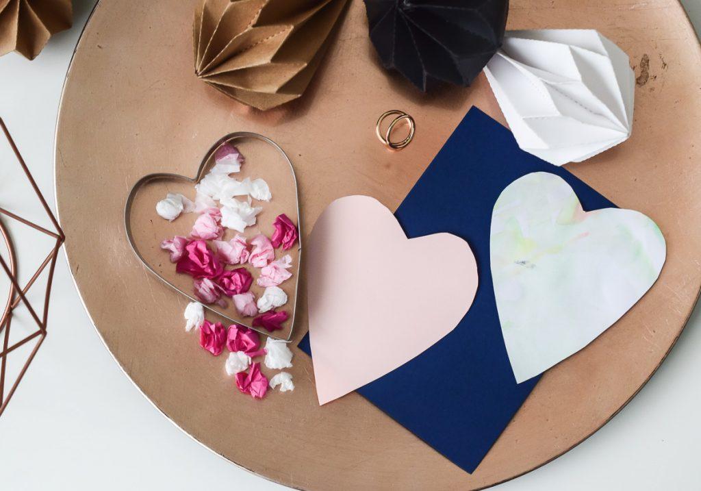 Basteln mit Kleinkindern zum Muttertag Bastelidee Muttertagskarte selber machen Herz 2-jährige Kinder