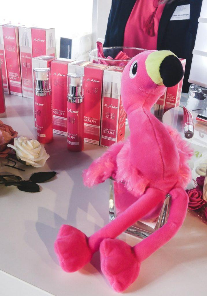 Stand von M.Asam Beautypress Event Leinen los in Köln Mühlheim Stofftier pinker Flamingo