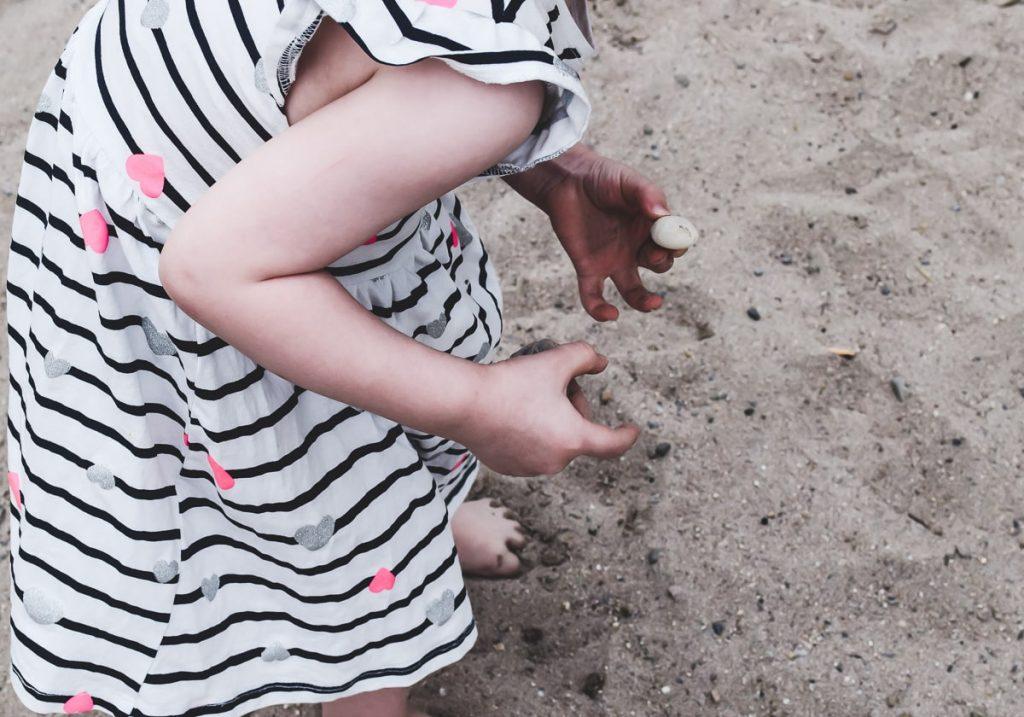 Spiele am Strand für Kinder kostenlose Spiele Ideen auch für Kleinkinder Steine und Muscheln sammeln im Sand im Urlaub am Meer oder Badesee
