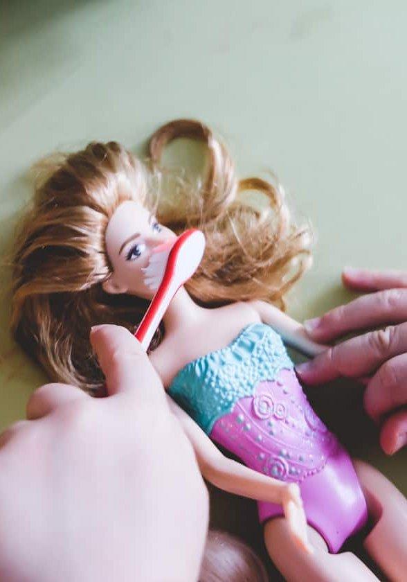 Baby & Kleinkind will sich nicht die Zähne putzen lassen. Zähne putzen bei Kindern ist oft ein Drama. Tipps & Tricks mit Erfahrungen von Müttern auf Mamablog www.ineedsunshine.de