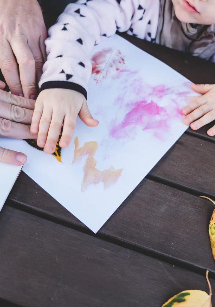Herbstblätter bemalen als einfache Bastelidee im Herbst für Kleinkinder auf Mamablog I need sunshine
