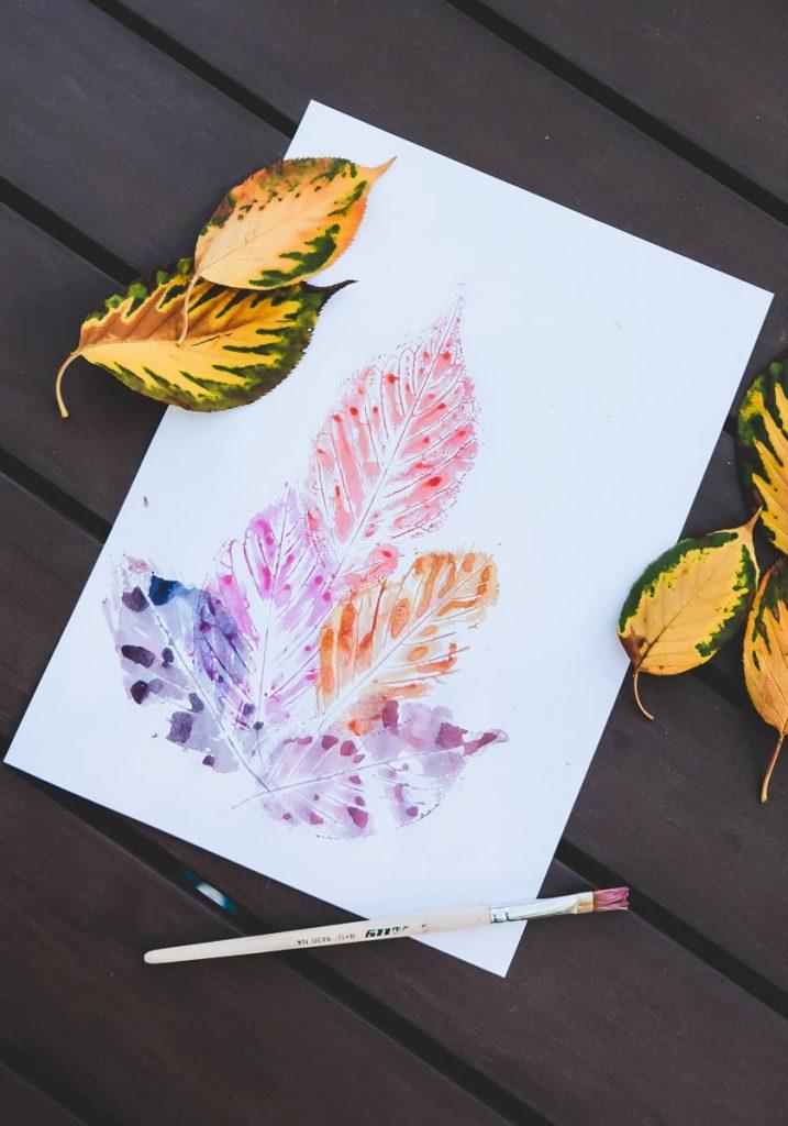 Blätter bemalen und auf Papier drucken als einfache Idee für das Basteln im Herbst mit Kindern und Kleinkindern auf Mamablog I need sunshine