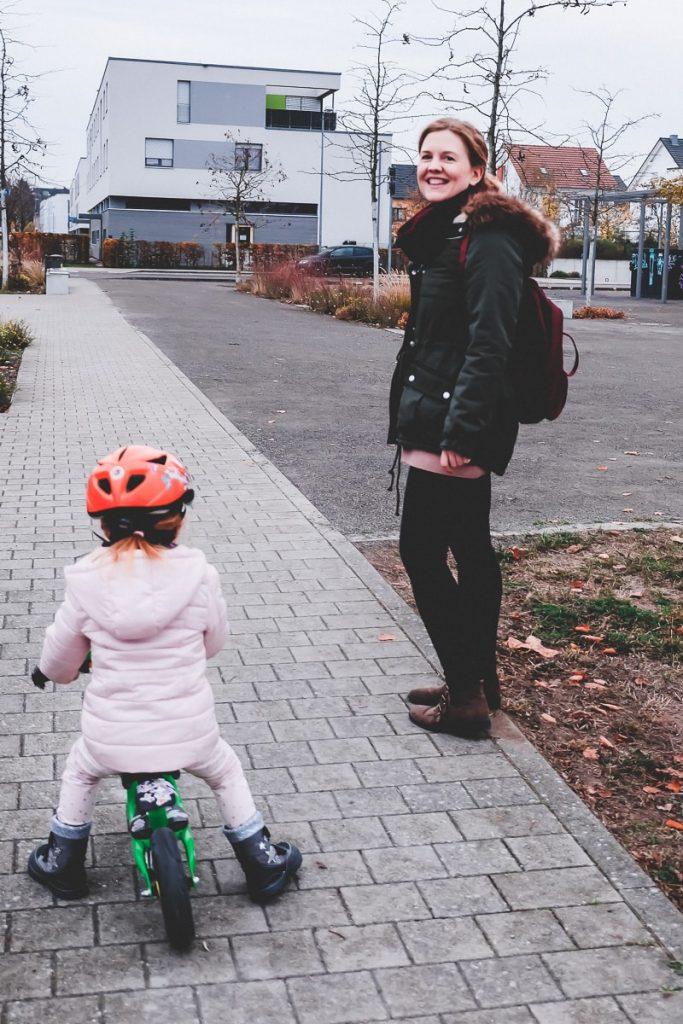 Ideen für mehr Bewegung im Alltag mit Kindern und Kleinkindern wie Laufrad fahren für kurze Strecken auf Mamablog I need sunshine