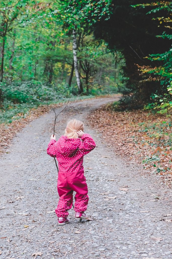 Tipps wie viel Bewegung ein Kind pro Tag braucht und Ideen um mehr Bewegung in den Alltag integrieren zu können zwischen Beruf und Familie auf Mamablog I need sunshine