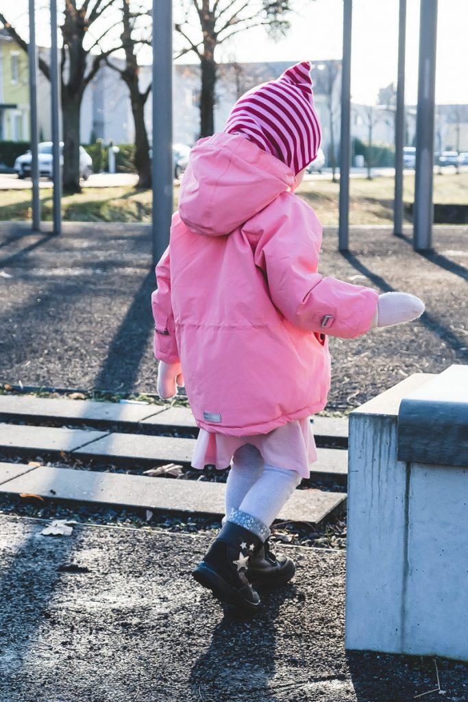 Was soll ich meinem Kleinkind im Winter anziehen damit es nicht friert Tipps und Erfahrungen für richtige Winterkleidung für Kinder auf Mamablog Ineedsunshine