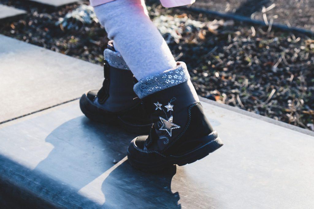 Wie Kleinkind im Winter richtig anziehen und welche Winterschuhe für Kinder gegen kalte und nasse Füße mit Tipps auf Mamablog I need sunshine