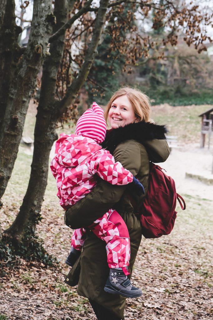 Kleinkind im Winter anziehen mit Schneeanzug und richtiger Winterkleidung für Kinder gegen Nässe und Kälte auf Mamablog I need sunshine