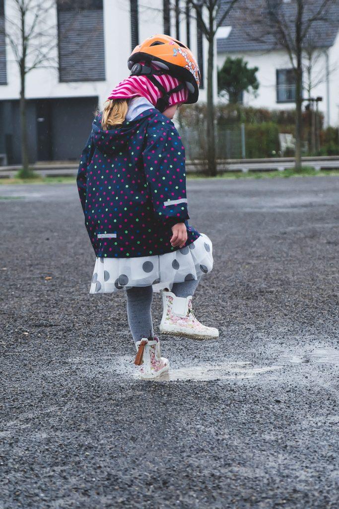 Kind anziehen Frühling mit Sonne und Regen in der Übergangszeit im März und April Tipps und Erfahrungen