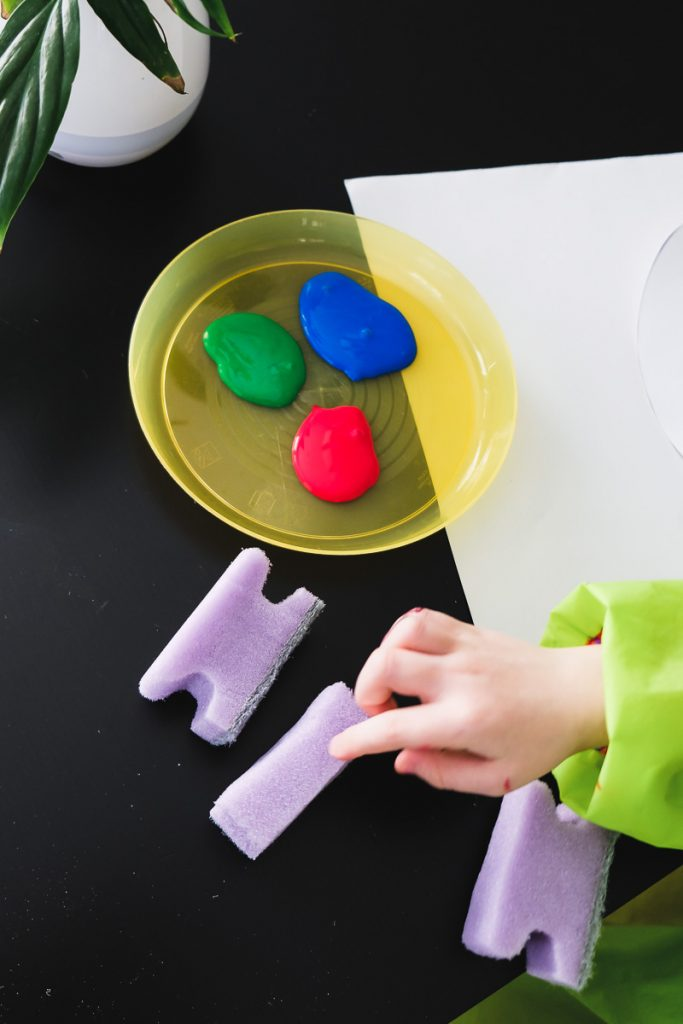 Osterbasteln Kleinkinder Ostereier aus Papier mit Schwamm malen basteln Ostern mit Kindern Vorlage Malen einfach und schnell Mamablog Ineedsunshine