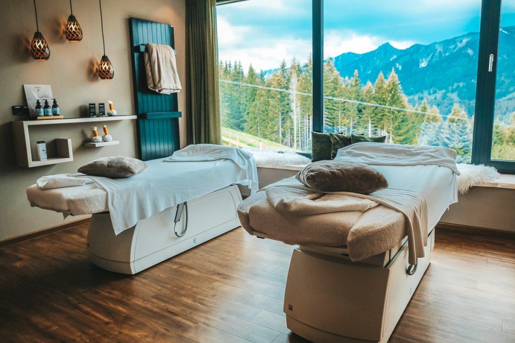 Wellnesshotel Allgäu mit Kindern Massage im Familienhotel Allgäuer Berghof
