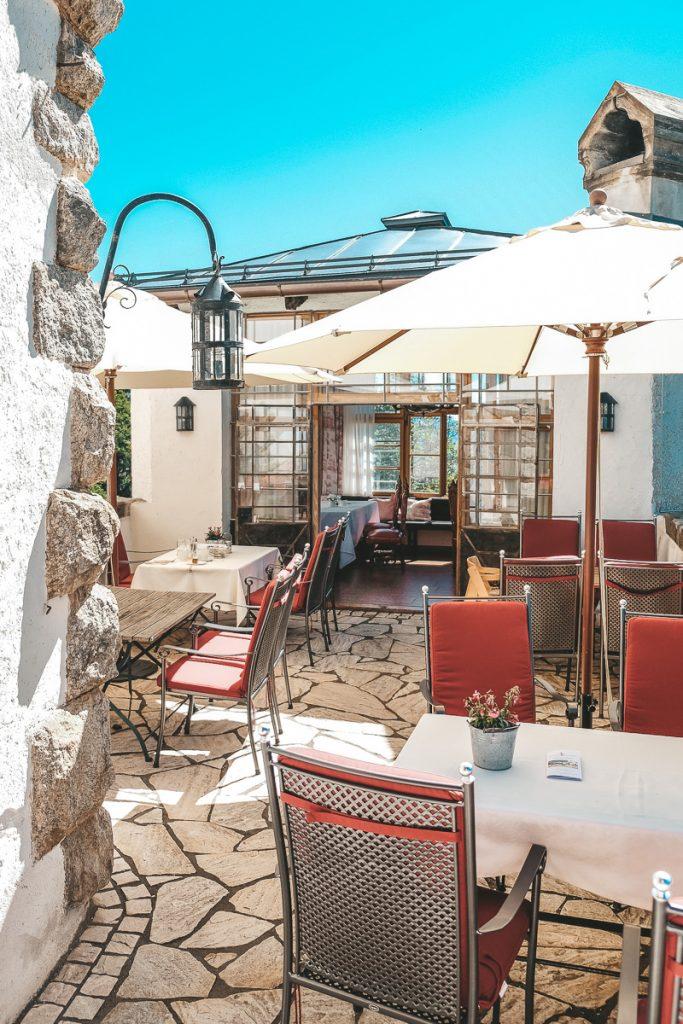 Schloss Mittersill Frühstück auf der Panorama Terrasse mit Bergblick beim Urlaub mit Kindern im Erfahrungsbericht auf Ineedsunshine