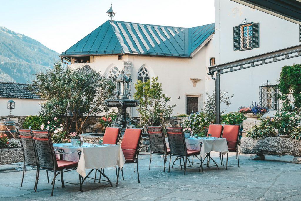 Schloss Mittersill in Österreich 4 Sterne Hotel und Restaurant Frühstück und Abendessen auf der Terrasse im Hofh