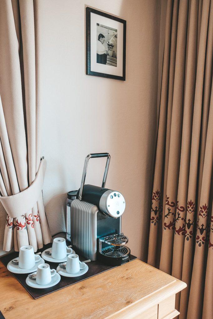 Schloss Mittersill Clark Gable Suite mit Nespresso Kaffeemaschine für den Familienurlaub in Österreich