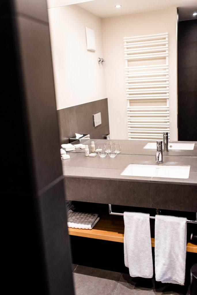 Hotel Bachmair Weissach Zimmer Badezimmer Erfahrungsbericht Familienurlaub am Tegernsee auf Mamablog Ineedsunshine