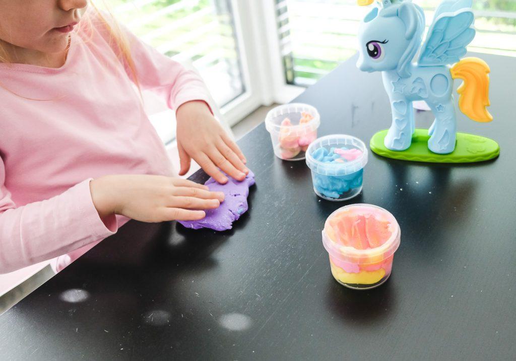 Geschenkideen für kreative Kinder basteln mit Knete auf Mamablog Ineedsunshine