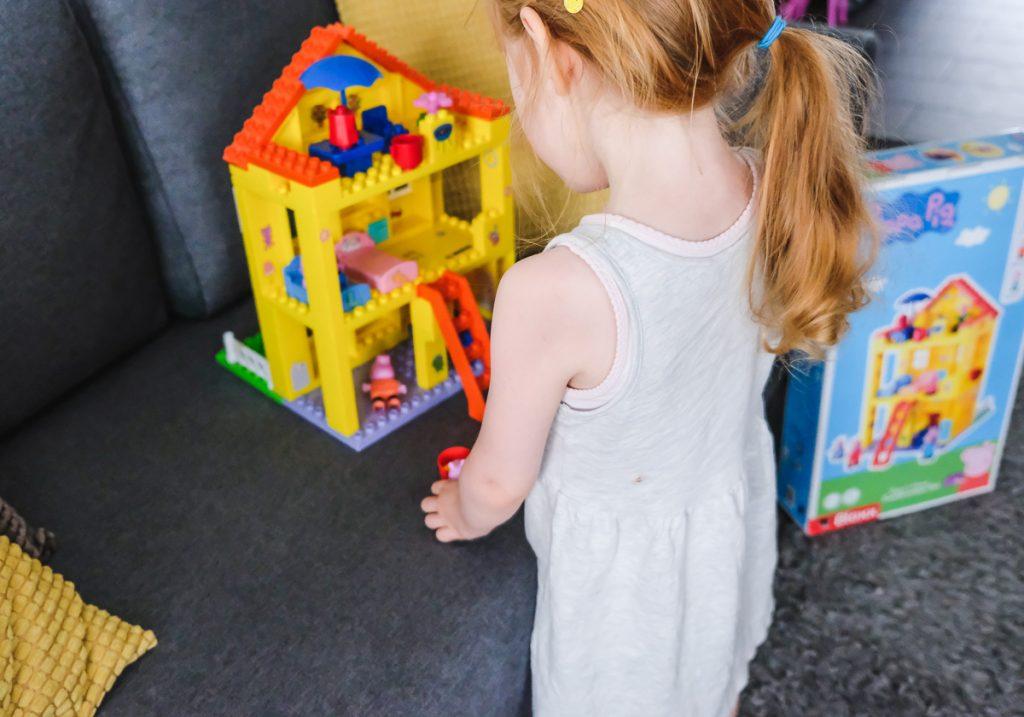 Big Bloxx Pig Peppas House Peppa Wutz Haus Erfahrungen Geschenkidee für Kinder auf Mamablog Ineedsunshine