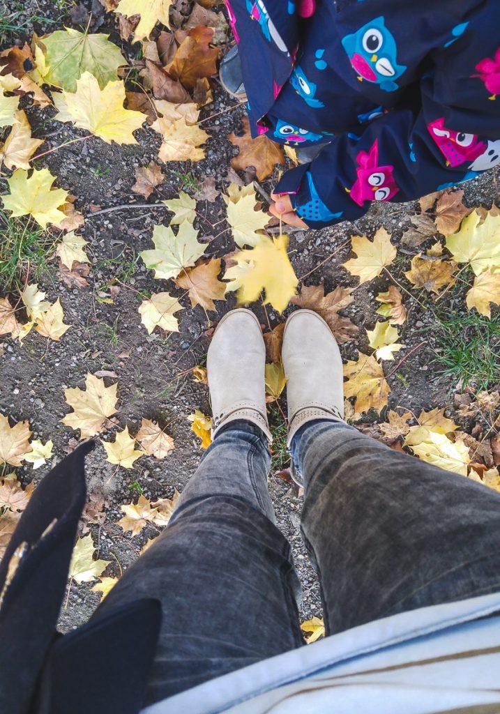 Spielideen Kinder Herbst draußen Tipps Kleinkinder Mamablog Ineedsunshine