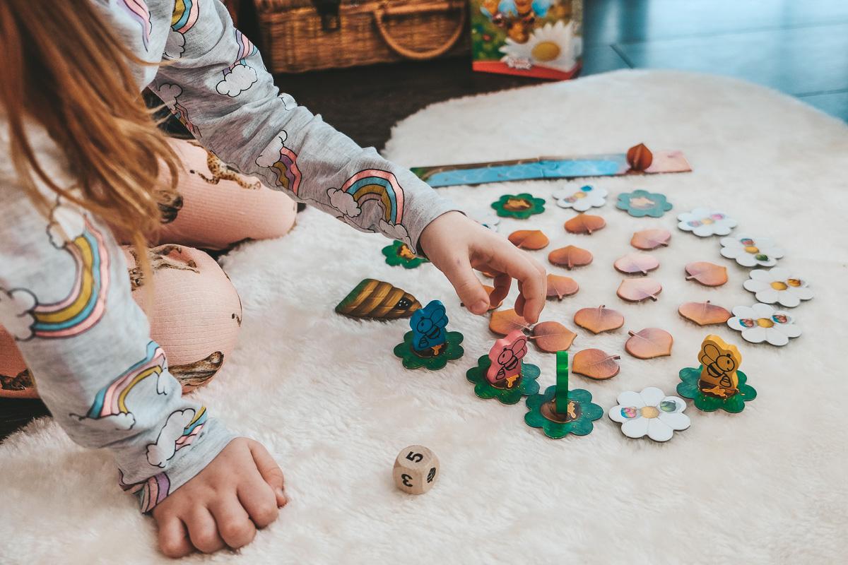 Kleine Geschenke für das Osternest: Diese 2 lustigen Kinderspiele sorgen für Abwechslung!