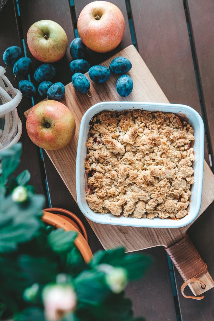 herbstliches Apfel Zwetschgen Crumble Rezept